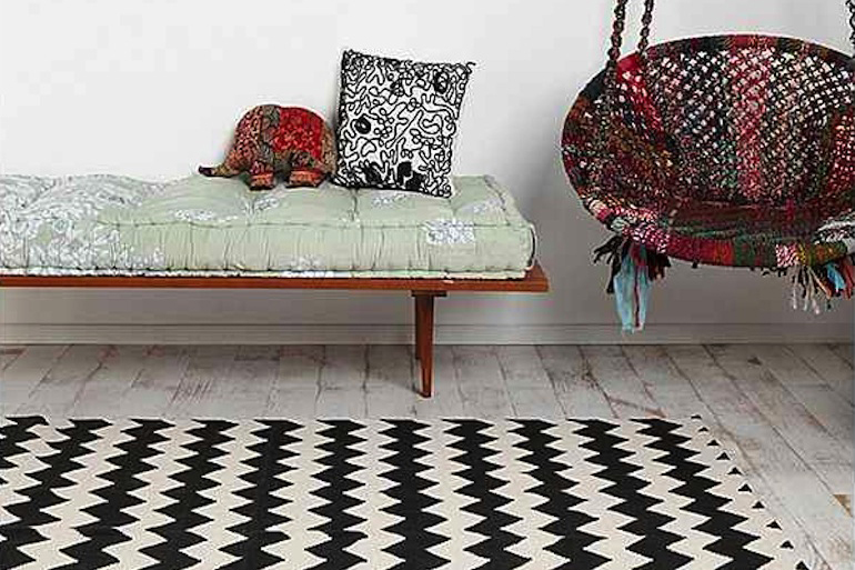 un tapis noir et blanc au motif zigzag. Black Bedroom Furniture Sets. Home Design Ideas