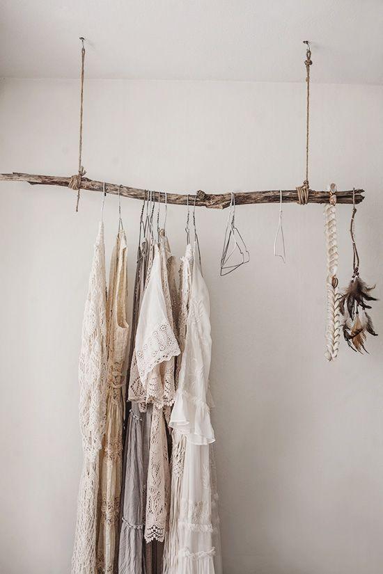 inspiration deco boheme chic penderie bois brut suspendue. Black Bedroom Furniture Sets. Home Design Ideas