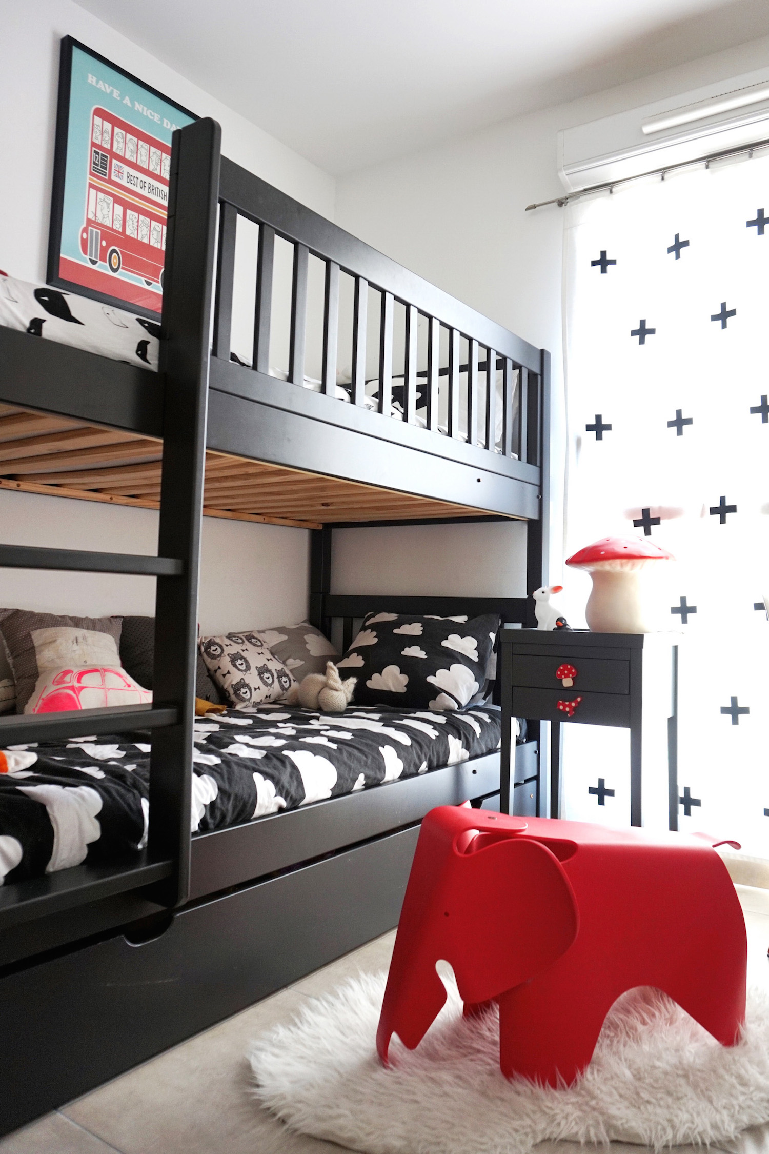 chambre enfant noir et blanc pom hello blogzine 1 h ll blogzine. Black Bedroom Furniture Sets. Home Design Ideas
