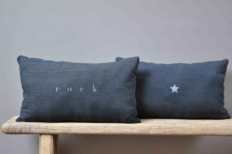 s lection de coussins modernes et graphiques. Black Bedroom Furniture Sets. Home Design Ideas