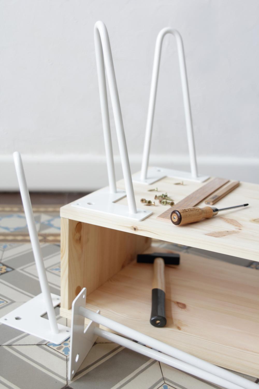 diy une table d 39 appoint r tro avec des pieds hairpins. Black Bedroom Furniture Sets. Home Design Ideas