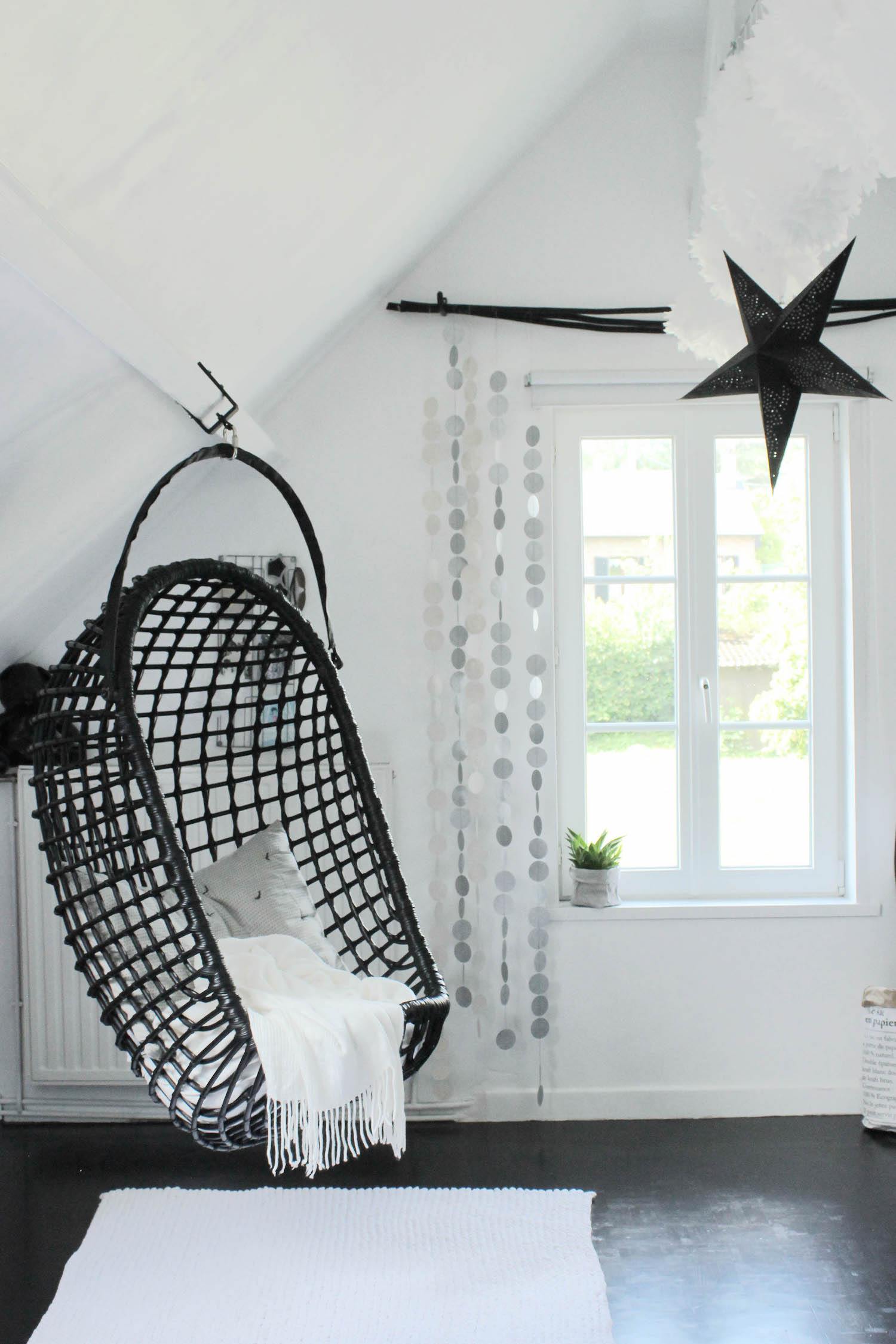 la chambre d 39 ado tendance et moderne en noir et blanc de philippine. Black Bedroom Furniture Sets. Home Design Ideas